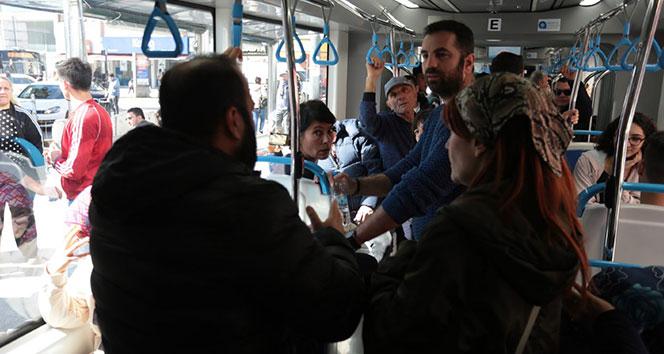 Tramvayda su krizi temalı skeç yolcuları şaşkına çevirdi