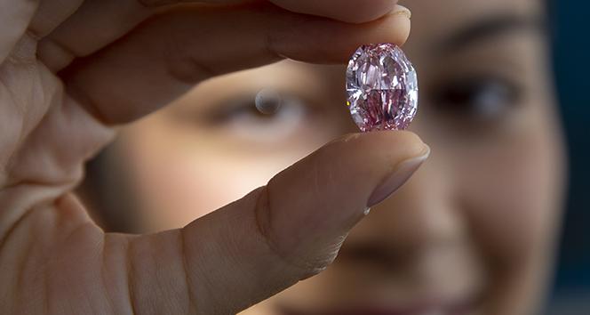 Açık arttırmaya çıkarılan pembe elmas 26,6 milyon dolara satıldı