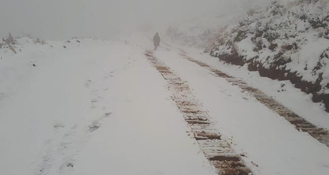 Manisa'da mevsimin ilk karı yağdı