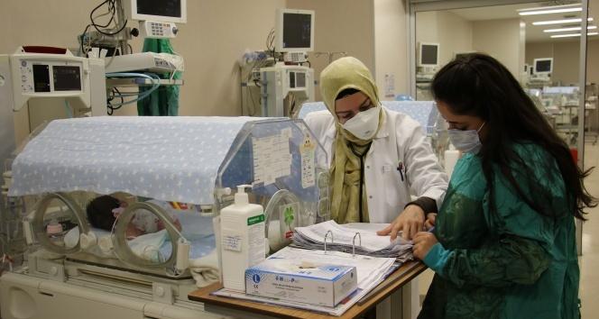 Prematüre bebeklere 'anne şefkati' ile bakıyorlar