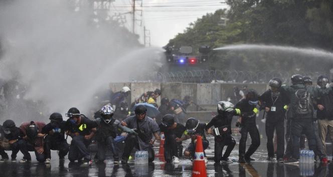 Tayland polisinden monarşi karşıtı protestolara müdahale