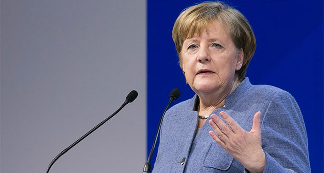 Merkel, Prof. Şahin ve Dr. Türeci'yi tebrik etti