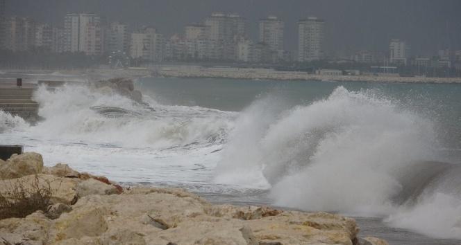 Mersin'de fırtına dev dalgalar oluşturdu