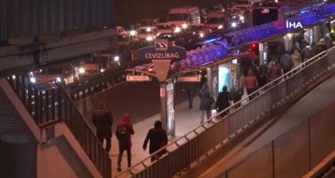 Sokağa çıkma kısıtlamasına 1 saat kala İstanbul'da trafik ve metrobüs yoğunluğu