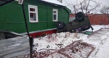 Rusya'da çarpışan araçlar yol kenarındaki evin bahçesine uçtu: 1 ölü