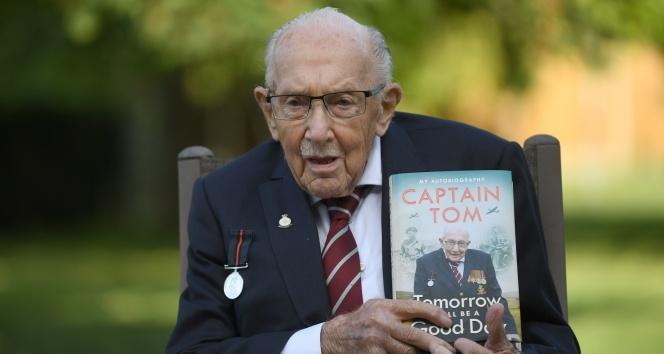 İngiltere'de Covid-19 ile mücadelenin simge ismi Yüzbaşı Moore için cenaze töreni