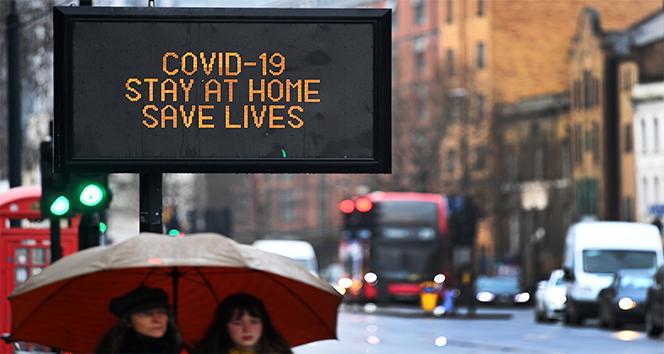 İngiltere'de son 24 saatte Covid-19'a bağlı 915 can kaybı