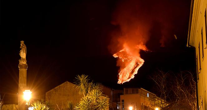 İtalya'da Etna Yanardağı püskürttüğü lavlarla geceyi aydınlattı