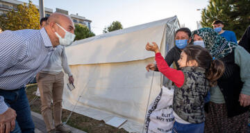 Başkan Tunç Soyer'den depremzedelere: 'Hep yanınızda olmaya devam edeceğiz'