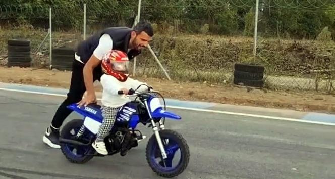 Sofuoğlu'nun 1 buçuk yaşındaki oğlunun motosiklet kullandığı video beğeni kazandı