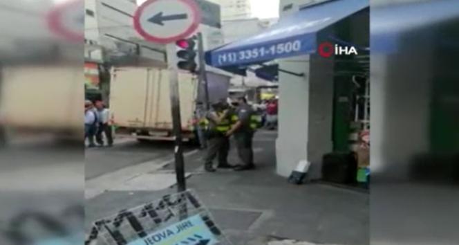 Brezilya'da askeri polis sokak ortasında meslektaşına silah çekti