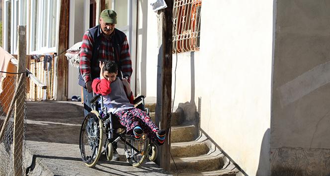 Fedakar baba engelli kızları için 20 yıldır gece uyumuyor